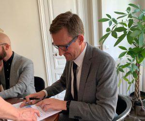 Thomas Rose unterzeichnet Vertrag